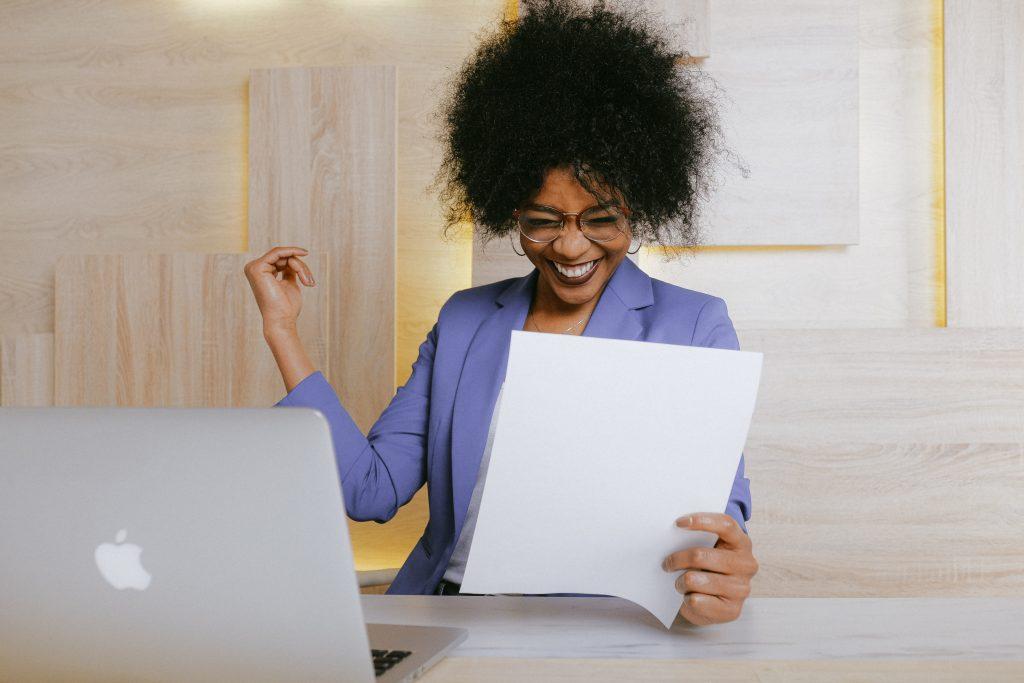 femme noire heureuse au travail