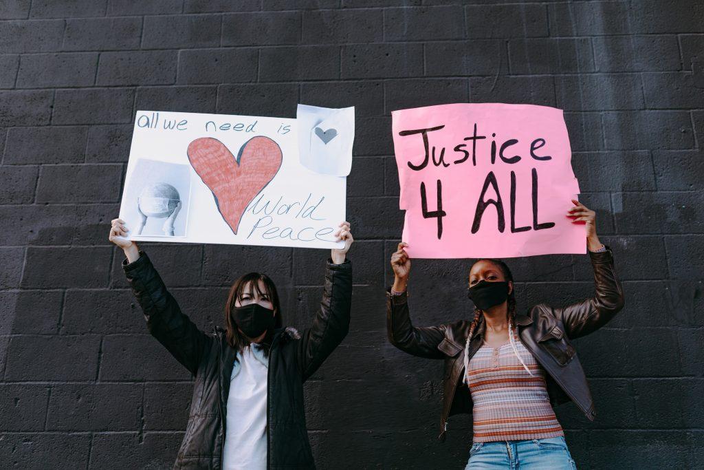 deux femmes manifestant pour l'égalité, mouvement black lives Matter et black owned