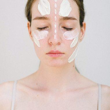Les ingrédients naturels vs synthétiques dans nos cosmétiques