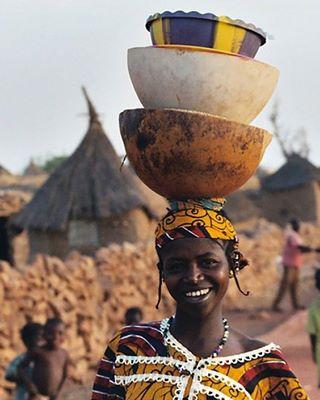 // SECRET DE BEAUTE // 🌰 🇲🇱 . 🇫🇷 Au Mali, au Burkina Faso ou au Sénégal, les femmes ont un sourire resplendissant, vous ne trouvez pas ? C'est parce qu'elles ont un secret : elles utilisent du beurre de karité, voilà pourquoi ! Pour faire comme elles, on vous a déniché une petite recette de chantilly de karité, que vous pourrez appliquer sur le corps et les cheveux. Pour cela il vous faut : ✔ 3 grosses cuillères de beurre de karité ✔ 1 cuillère d'huile de coco ✔ 1 cuillère d'huile d'amande douce ✔ 1 cuillère de gel d'aloé vera Dans un bol, fouettez le beurre de karité au fouet électrique, puis ajoutez les huiles et le gel petit à petit. Une fois que vous avez fouetté jusqu'à obtenir la texture aérienne et mousseuse qui vous convient, vous pouvez transférer le mélange dans un pot. Voilà un produit deux en un comme on les aime ! . . 🇬🇧 In Mali, in Burkina Faso or in Senegal, women have a resplendent smile, don't you think? It's because they have a secret: they use shea butter, that's why! To do like them, we found you a little shea chantilly recipe, that you can apply anywhere on the body and hair. For this you will need: ✔ 3 large spoons of shea butter ✔ 1 spoon of coconut oil ✔ 1 spoon of sweet almond oil ✔ 1 spoon of aloe vera gel In a bowl, beat the shea butter with an electric whisk, then add the oils and the gel little by little. Once you have whipped until you get the aerial and frothy texture that's right for you, you can transfer the mixture to a jar. Here's a two in one product as we like them! . . #mawena #confidentbeauty #allovertheworld #secretdebeaute #beauty #instatravel #veganbeauty #beautebio #vegan #beautytips #pastelcolors #pinkfeed #beautytrip #yellow #organicskincare #cosmetiquenaturelle #naturalbeauty #vegancosmetics #indiebrand #mali #africa #africanbeauty #africanqueen #thatsmiletho