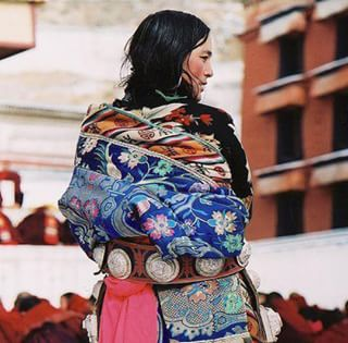 // SECRET DE BEAUTE // 🏵💮 . 🇫🇷 Au Tibet, comme dans de nombreux pays du sous-continent asiatique, les femmes consomment des baies de Goji. Utilisées en tant que véritables beauty food, ces baies sont pleines d'antioxydants et leur permettent d'avoir une peau glowy ! . On revient, on va grignoter quelques baies, nous aussi 😉 . . . . 🇬🇧 In Tibet, as in many countries of the Asian sub-continent, women love to eat goji berries. Used as true beauty food, these berries are full of antioxidants and allow them to have a beautiful glowy skin! .We're coming back, we're going to nibble some berries, too 😉 . . . . #mawena #beautytip #tibet #tibetanwoman #confidentbeauty #allovertheworld #secretdebeaute #beauty #instatravel #persia #veganbeauty #beautebio #vegan #beautytips #pastelcolors #pinkfeed #beautytrip #DIYbeaute #BeautyDIY #DIY #goji #gojiberry