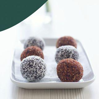 // EAT PRETTY // 😋 . 🇫🇷 Un tout plein d'énergie et de bonne humeur avec ces energy balls, parfaites pour un petit coup de boost dans la journée. . Parce que la beauté se trouve aussi dans votre assiette, Mawena a parcouru le monde pour vous présenter des recettes colorées, vegan & de saison : Eat Pretty. . Qui a hâte de goûter à cette recette ? 🙋♀ . . . 🇬🇧 A dose of energy and good mood with these energy balls, perfect for a boost in the day. . Because beauty is also on your plate, Mawena has traveled the world to introduce you to colorful, vegan & seasonal recipes: Eat Pretty. . Who can not wait to taste this recipe? 🙋♀ . . . #mawena #eatpretty #eatprettybymawena #recipe #sogood #recette #gourmandise #vegan #tasty #healthyfood #instafood #foodporn #yummy #travelfood #fooding #sogood #miam #organic #glutenfree #veganfoodshare #powerballs #snack