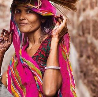 // SECRET DE BEAUTE // 🏵💮 . 🇫🇷 En Inde, les femmes ont un secret de beauté qu'elles se partagent toutes : le curcuma. Nous vous avions partagé il y a quelques temps une recette de masque maison à base de curcuma, mais cet ingrédient magique peut être rajouté à n'importe quel masque fait maison ! Il vous permettra d'éliminer les imperfections & points noirs et d'éclaircir le teint. . 👉 Est-ce que vous aviez déjà essayé d'utiliser cet ingrédient en dehors de votre cuisine ? 😉 . . . 🇬🇧 In India, women have a beauty secret that they all share: turmeric. We shared with you a recipe for a homemade turmeric mask some time ago, but this magic ingredient can be added to any homemade mask, really ! It will allow you to eliminate blemishes & blackheads and lighten the complexion. . 👉 Have you ever tried using this ingredient outside of your kitchen? 😉 . . 📷 @the.atlas.of.beauty . #mawena #beautytip #tibet #tibetanwoman #confidentbeauty #allovertheworld #secretdebeaute #beauty #instatravel #persia #veganbeauty #beautebio #vegan #beautytips #pastelcolors #pinkfeed #beautytrip #DIYbeaute #BeautyDIY #DIY #india #indianbeauty #curcuma