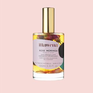 // RITUEL DE BEAUTE // 🧖♀️🌸 . . 🇫🇷 Le layering - Etape 1 : le démaquillage . Notre huile démaquillante purifiante Rose Moringa nettoie la peau en profondeur et dissout le maquillage et les impuretés tout en laissant intact le film hydrolipidique de la peau. . Elle purifie les pores, améliore la texture de la peau tout en la nourrissant grâce aux vitamines E, aux phytostérols et aux omégas 3 qu'elle contient. . La peau est parfaitement démaquillée sans être décapée ni usée. Elle profite des nutriments essentiels et des vitamines lui permettant de maintenir sa bonne hydratation. . 👉 Séduite ? . . 🇬🇧 Layering - Step 1: Make-up removal . Our Rose Moringa Purifying Cleansing Oil deeply cleans the skin and dissolves makeup and impurities while leaving the skin's hydrolipidic film intact. . It purifies the pores, improves the texture of the skin while nourishing it with vitamins E, phytosterols and omega 3 it contains. The skin is perfectly cleansed without being stripped or worn. It takes advantage of the essential nutrients and vitamins allowing it to maintain its good hydration. . 👉 Seduced ? . . . #mawena #veganbeauty #organicskincare #greenbeauty #cosmetiquenaturelle #naturalbeauty #vegancosmetics #instafeed #indiebrand #confidentbeauty #beautenaturelle #greenliving #ecobeauty #nontoxicbeauty #beautéengagée #ethicalbeauty #ethicallymade #layering #beautyritual #rituelbeaute