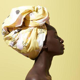 // RITUEL DE BEAUTE // 🧖♀️🌸 . 🇫🇷 Le layering - Etape 2 : le nettoyage . Rose Papaya est le produit chouchou chez @mawenaparis. Ce qui contribue à son succès ? Le plaisir intense qui est éprouvé lors de son utilisation. . Pour utiliser cette petite bombe, appliquez généreusement le nettoyant illuminateur sur visage sec puis massez par mouvements circulaires. Utilisez un tissu imbibé d'eau chaude ou une éponge Konjac sur le visage et sur le cou pendant quelques secondes en respirant profondément puis rincez abondamment. . Petite astuce : Je n'hésite pas à chauffer le soin entre mes mains avant de l'appliquer sur mon visage sec en réalisant des mouvements circulaires pour tonifier les muscles de mon visage. J'apprécie particulièrement l'instant où j'émulsionne le soin avec un peu d'eau, car à ce moment-là, je sens que ma peau est parfaitement propre et fraîche. . xoxo, Helena . . 🇬🇧 Layering - Step 2: the cleaning . Rose Papaya is the favorite product at @mawenaparis. The intense pleasure that is experienced when using it is one of the keys of its success. . To use this little bomb, generously apply the illuminator cleanser on dry face and then massage in circular motions. Use a cloth moistened with hot water or a Konjac sponge on the face and neck for a few seconds while breathing deeply then rinse thoroughly. . Tip: I usually warm the cleanser between my hands before applying it on my dry face by making circular movements to tone the muscles of my face. I particularly appreciate the moment when I emulsify the treatment with a little water, because at that moment, I feel that my skin is perfectly clean and fresh. . xoxo, Helena . . #mawena #veganbeauty #organicskincare #greenbeauty #cosmetiquenaturelle #naturalbeauty #vegancosmetics #instafeed #indiebrand #confidentbeauty #beautenaturelle #greenliving #ecobeauty #nontoxicbeauty #beautéengagée #ethicalbeauty #ethicallymade #layering #beautyritual #rituelbeaute