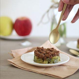 // EAT PRETTY // 😋 . . 🇫🇷 Le kiwi est un fruit de saison plein de vitamine C, il est parfait pour nous donner le plein d'énergie l'hiver. Et pour changer un peu la manière dont vous mangez votre kiwi, voici une belle recette de crumble kiwi-pomme qui saura séduire les plus capricieuses d'entre vous ! . Parce que la beauté se trouve aussi dans votre assiette, Mawena a parcouru le monde pour vous présenter des recettes colorées, vegan & de saison : Eat Pretty. . Vous vous laissez tenter ? 😉 . . . 🇬🇧 Kiwi is a seasonal fruit full of vitamins C, it's perfect to give us lots of energy during winter. And to change the way you're eating kiwis, here's a nice apple kiwi crumble recipe that will seduce the most capricious of you! . Because beauty is also on your plate, Mawena has traveled the world to introduce you to colorful, vegan & seasonal recipes: Eat Pretty. . Will you let yourself be tempted? 😉 . . . #mawena #eatprettybymawena #recette #vegan #tasty #healthyfood #instafood #travelfood #veganfoodshare #crumble