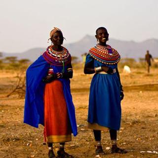 """// RITUEL DE BEAUTE // 🧖♀️🌸 . 🇫🇷 Au Kenya, les femmes Maasaï s'ornent de parures avec des petites perles colorées en verre. Ces colliers, bracelets, boucles d'oreilles... sont utilisés pour sublimer leur beauté naturelle incontestable. A l'inverse des habitudes capillaires occidentales, les femmes portent le crâne rasé dès le plus jeune âge tandis que les hommes ont les cheveux « longs » : mi-rasés, mi-tressés, retombant bas sur la nuque, avec des ornements. Les cheveux longs des hommes rappellent la crinière du lion, alors que les femmes ont les cheveux ras à l'image des lionnes. Nous, on adore l'idée que l'on associe des femmes à des lionnes. Pas vous ? Alors soyez naturelles 😘 . . 🇬🇧 In Kenya, Maasai women adorn themselves with small colored glass beads. These necklaces, bracelets, earrings ... are used to sublimate their undeniable natural beauty. Unlike Western hair habits, women wear the shaved head from a young age while men have """"long"""" hair: half shaved, half braided, falling down on the neck, with ornaments. The long hair of men is reminiscent of the lion's mane, while the hair of the women is flush with lionesses. We love the idea that we associate women to lionesses. Don't you ? . So be natural 😘 . . #mawena #veganbeauty #organicskincare #greenbeauty #indiebrand #confidentbeauty #beautenaturelle #beauteengagee #ethicalbeauty #ethicallymade #beautyritual #kenya #samburu"""