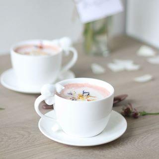 // EAT PRETTY // 😋 . . . 🇫🇷 Le pink latte, cette boisson aussi belle que délicieuse… Cette belle couleur s'obtient grâce à de la betterave, vous en seriez-vous douté ? Comme quoi avec de la betterave dans une boisson, tout est possible ! . Parce que la beauté se trouve aussi dans votre assiette, Mawena a parcouru le monde pour vous présenter des recettes colorées, vegan & de saison : Eat Pretty. . On essaye ça bientôt ? . . . 🇬🇧 The pink latte, this drink as beautiful as delicious ... This beautiful color is obtained through beet, you would have guessed it? With beetroot in a drink, anything is possible! . Because beauty is also on your plate, Mawena has traveled the world to introduce you to colorful, vegan & seasonal recipes: Eat Pretty. . Let's try this soon ? . . . #mawena #eatprettybymawena #recette #vegan #tasty #healthyfood #instafood #travelfood #veganfoodshare #latte #pinklatte