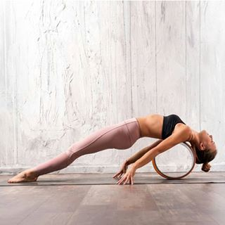 // YOGA // 😍🤸♀️ . . 🇫🇷 Le yoga : avec ou sans accessoires ? 🙃 . . 🇬🇧 Yoga : with or without accessories ? 🙃 . . #mawena #yoga #relaxation #wellbeing #yogagoals #yogainspirations #yogalife #healthylife #shanti #positivevibes