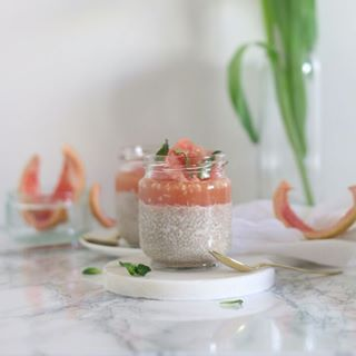 // EAT PRETTY // 😋  🇫🇷 Vous avez envie d'un petit déjeuner super sain et facile à préparer ? Voilà un magnifique pudding de Chia et sa gelée de pamplemousse. De quoi avoir plein de vitamines dès le matin, pour bien commencer la journée ☀️  . Parce que la beauté se trouve aussi dans votre assiette, Mawena a parcouru le monde pour vous présenter des recettes colorées, vegan & de saison : Eat Pretty. . Qui va préparer cette recette pour la déguster dès demain matin ? 🙋♀ . . . 🇬🇧 Do you want a super healthy and easy to prepare breakfast ? This is a wonderful Chia pudding and grapefruit jelly. Enough to have plenty of vitamins in the morning, to start the day with energy☀️ .  Because beauty is also on your plate, Mawena has traveled the world to introduce you to colorful, vegan & seasonal recipes: Eat Pretty.  .  Who will prepare this recipe to enjoy it tomorrow morning? 🙋♀ . . . #mawena #eatprettybymawena #recette #vegan #tasty #healthyfood #instafood #travelfood #veganfoodshare #chiapudding #puddingdechia