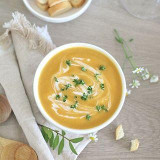 // EAT PRETTY // 😋  🇫🇷 Qui dit hiver dit soupe et velouté… Cette fois, on vous fait voyager en Inde avec un velouté de patates douces, qui saura réchauffer votre corps et votre cœur. Attention, plein de bonnes choses sont présentes dans cette vidéo !  . Parce que la beauté se trouve aussi dans votre assiette, Mawena a parcouru le monde pour vous présenter des recettes colorées, vegan & de saison : Eat Pretty. . Qui pourrait manger de la soupe tous les jours (parce que nous oui) ? 🙋♀ . . . 🇬🇧 Who says winter says soup... This time, you are traveling in India with a sweet potato soup, which will warm your body and your heart. Be careful, lots of good things are present in this video!  . Because beauty is also on your plate, Mawena has traveled the world to introduce you to colorful, vegan & seasonal recipes: Eat Pretty.  . Who could eat soup everyday (because we definitely could)? 🙋♀ . . . #mawena #eatprettybymawena #recette #vegan #tasty #healthyfood #instafood #travelfood #veganfoodshare #soup #patatedouce #sweetpotato #soupe