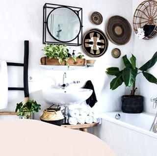 // WEEK END VIBES // 🛁 . .  🇫🇷 Quelle est la chose que vous préférez faire le dimanche ? . Pour nous, c'est prendre un bain : rien de tel pour se relaxer avant d'affronter la semaine 😉 . . 🇬🇧 What is your favorite thing to do on Sunday? . For us, it's taking a bath: nothing like it to relax before facing the week 😉 . . #mawena #veganbeauty #organicskincare #greenbeauty #indiebrand #confidentbeauty #beautenaturelle #beauteengagee #ethicalbeauty #ethicallymade #bathroom #bathtub #baignoire #salledebain
