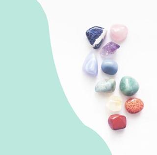 // CRYSTALS & CO // 💚💎 . . 🇫🇷 Notre but ? Avoir une pierre ou un cristal pour chaque moment 💎 Ils ont tous des vertus si différentes et complémentaires ! . 👉 Quelle pierre ne vous quitte jamais ? . . 🇬🇧 Our goal ? Have a stone or crystal for every moment 💎 They all have so different and complementary virtues! . 👉 Which stone never leaves you? . . 📸 @littleboxofrocksshop . . . #mawena #healingcrystals #crystal #cristaux #lithotherapie #wellness #gemstones #positivevibes 