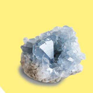 """// CRYSTALS & CO // 💚💎 . . 🇫🇷 La célestine, c'est LA pierre de l'harmonisation et de la relaxation. C'est pas pour rien qu'elle est surnommée """"pierre des anges"""" !  C'est un chakra de la gorge et permet de résoudre les problèmes de communication. . 👉 En avez-vous déjà utilisé ? . . 🇬🇧 Celestine is THE stone of harmonization and relaxation. It is not for nothing that it is nicknamed """"stone of angels""""! It is a throat chakra and helps to solve communication problems. . 👉 Have you ever used it? . . . . . #mawena #healingcrystals #crystal #cristaux #lithotherapie #wellness #gemstones #positivevibes #celestine #pierredesanges """