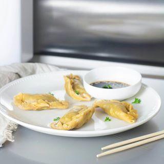 // EAT PRETTY // 😋⠀ ⠀ 🇫🇷 On en parle de ces momos tibétains revisités version vegan ? Parce que nous on fond carrément rien que d'y penser 😍⠀ .⠀ Parce que la beauté se trouve aussi dans votre assiette, Mawena a parcouru le monde pour vous présenter des recettes colorées, vegan & de saison : Eat Pretty.⠀ .⠀ Qui a hâte de goûter à cette recette ? 🙋♀⠀ .⠀ .⠀ .⠀ 🇬🇧 Are we talking about these Tibetan momos revisited with a vegan version ? Because we are melting just thinking about them 😍⠀ . ⠀ Because beauty is also on your plate, Mawena has traveled the world to introduce you to colorful, vegan & seasonal recipes: Eat Pretty. ⠀ .⠀ Who can not wait to taste this recipe? 🙋♀⠀ .⠀ .⠀ .⠀ #mawena #eatprettybymawena #recette #vegan #tasty #healthyfood #instafood #travelfood #veganfoodshare⠀ #momos #tibetanmomo #momo #momorecipe